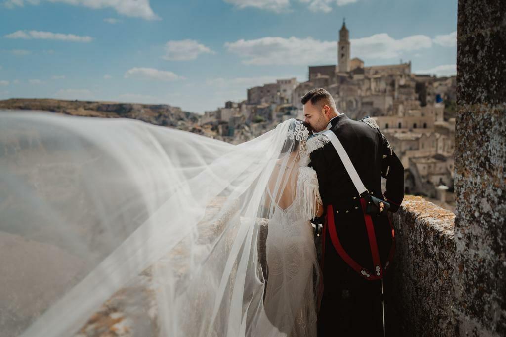ritratto degli sposi nei Sassi di Matera con sfondo della cattedrale