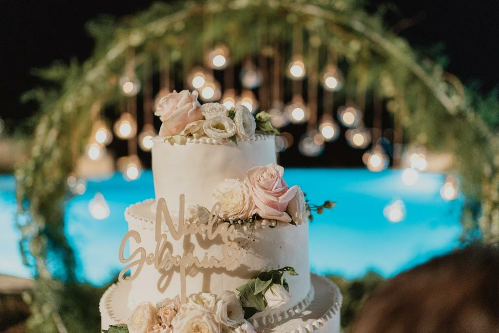 torta nuziale con sfondo piscina