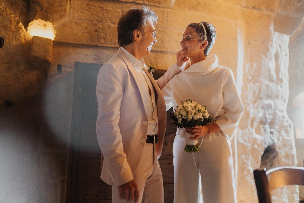 tenero momento di due innamorati prima del loro matrimonio intimo