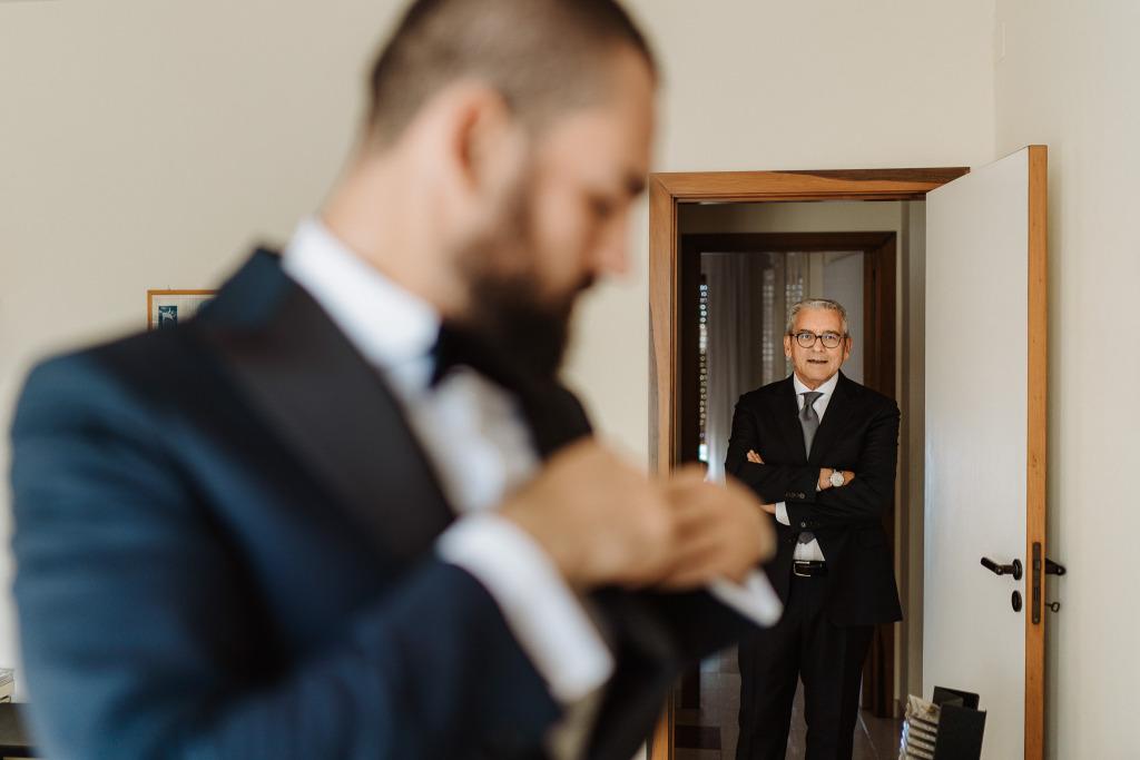preparazione sposo l'emozione di un genitore