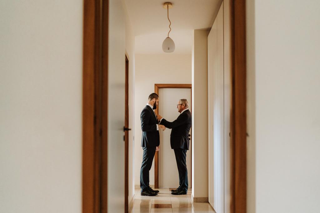 papà dello sposo aiuta suo figlio