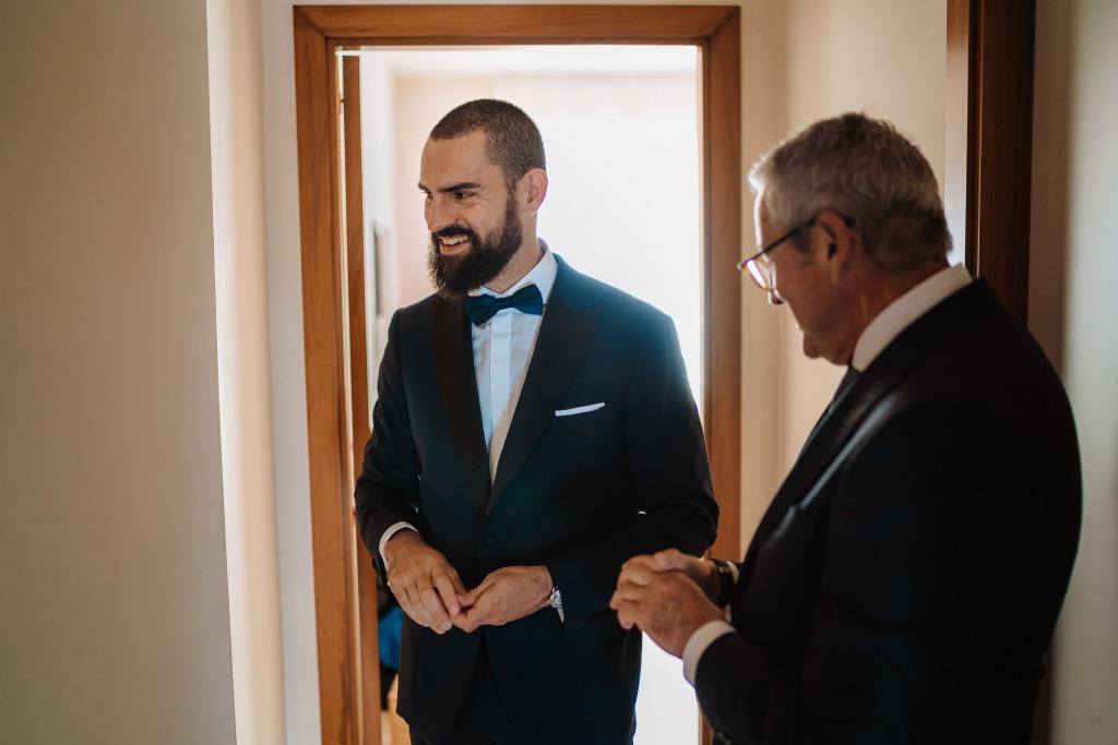 sposo e padre dello sposo che ridono