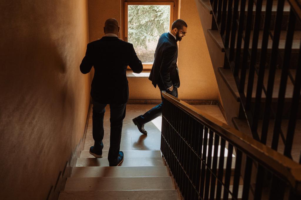 lo sposo si dirige verso il ricevimento