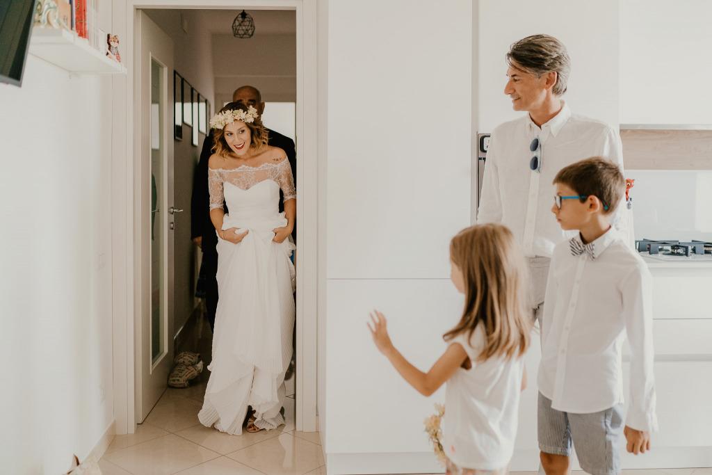 il paggetto e la damigella salutano la sposa