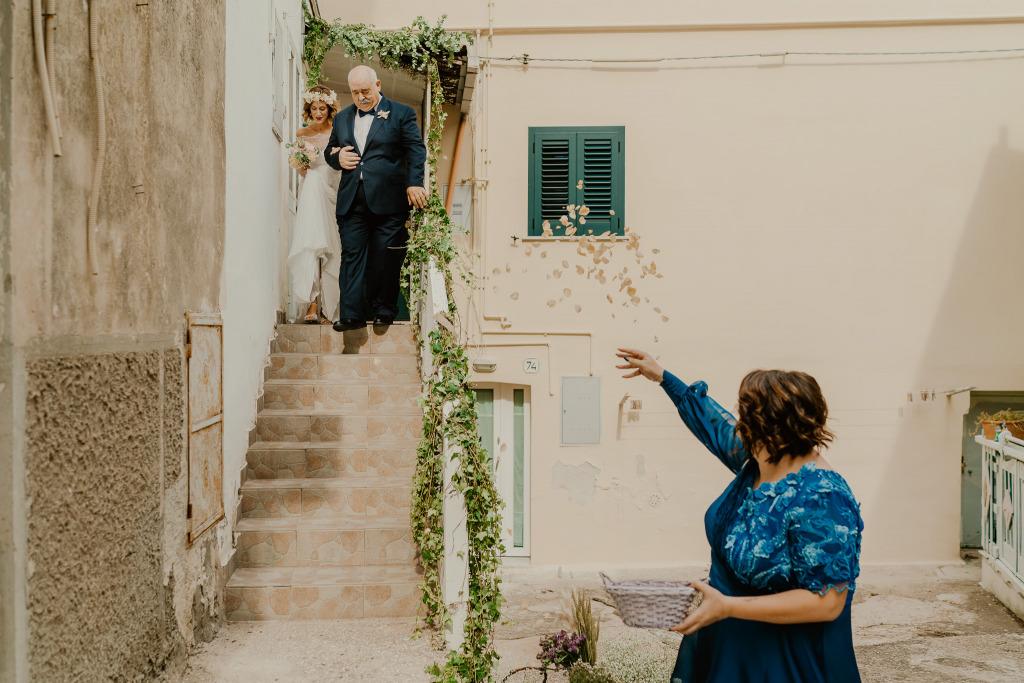 lancio di petali rosa all'uscita della sposa