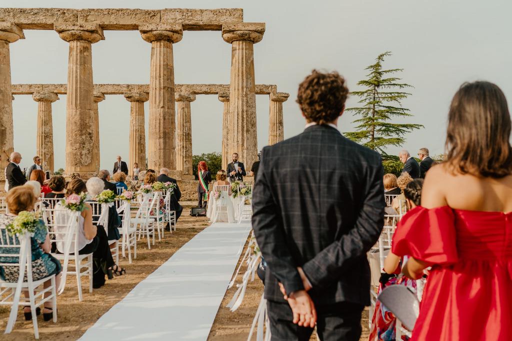 lo sposo legge la sua lettera, lo scenario delle tavole palatine di metaponto fa da contorno al rito