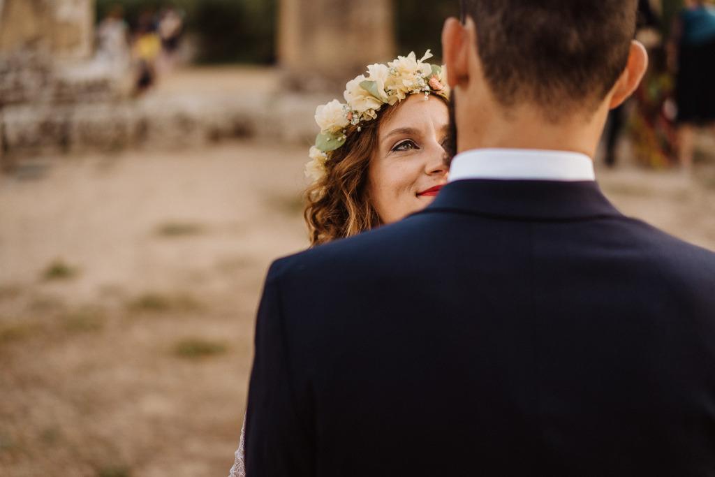 lo sguardo di una sposa che ammira il suo futuro marito