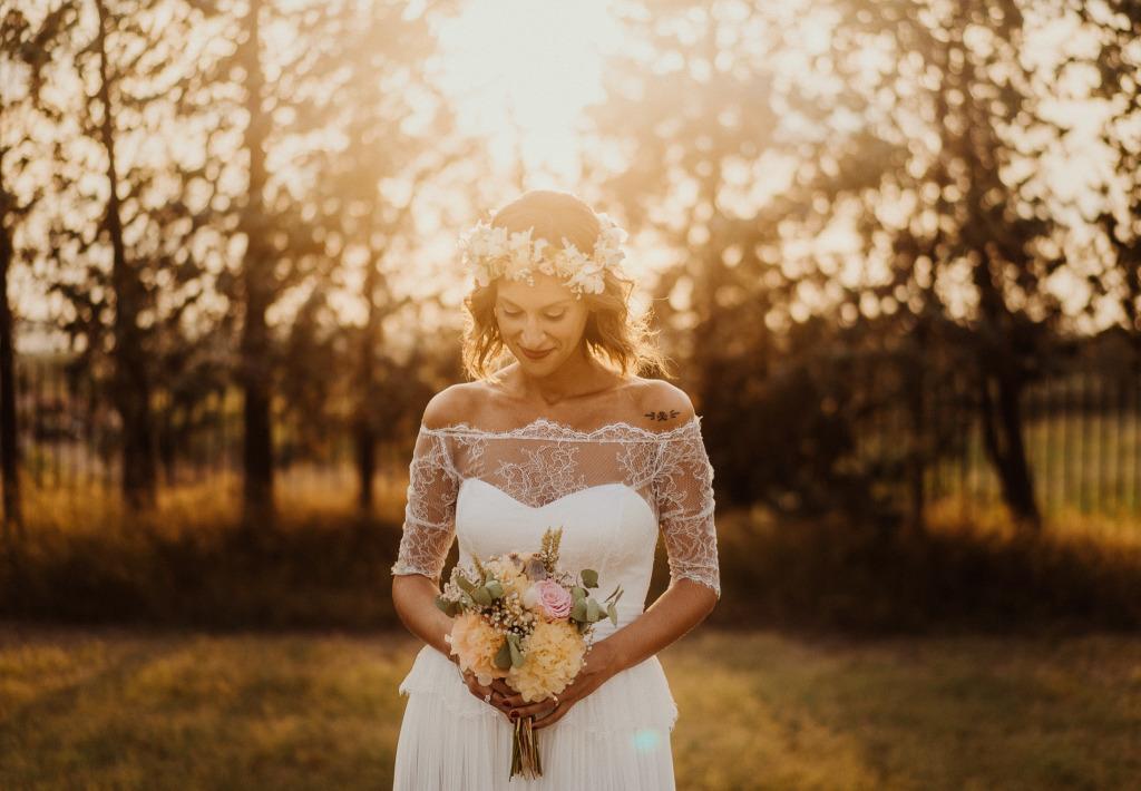 ritratto della sposa avvolto dalla luce dell'ora d'oro