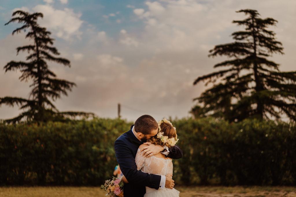 lo sposo abbraccia la sposa