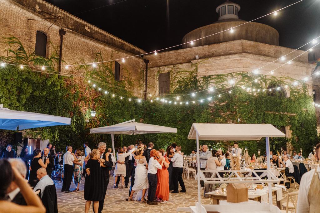 gli invitati ballano circondati dall'atmosfera del castello