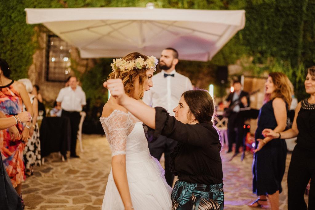 sposa che si lascia andare ad un ballo scatenato con un'amica