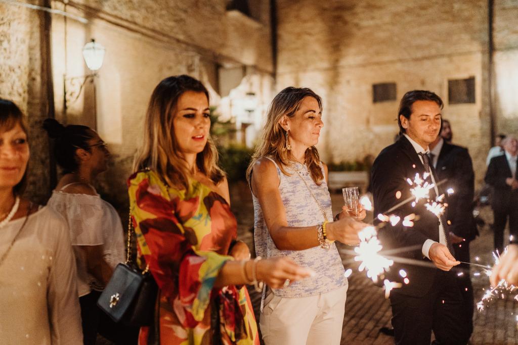 un corridoio di stelle filanti circonda l'ingresso degli sposi prima del taglio torta