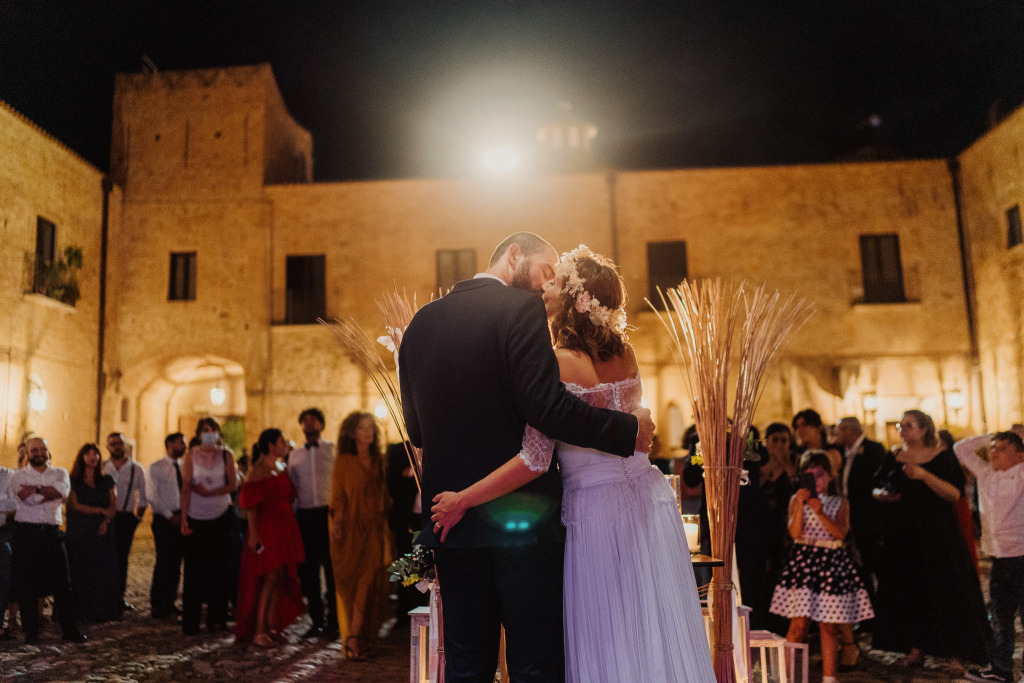 momento conclusivo del matrimonio al castello di san basilio con il taglio torta