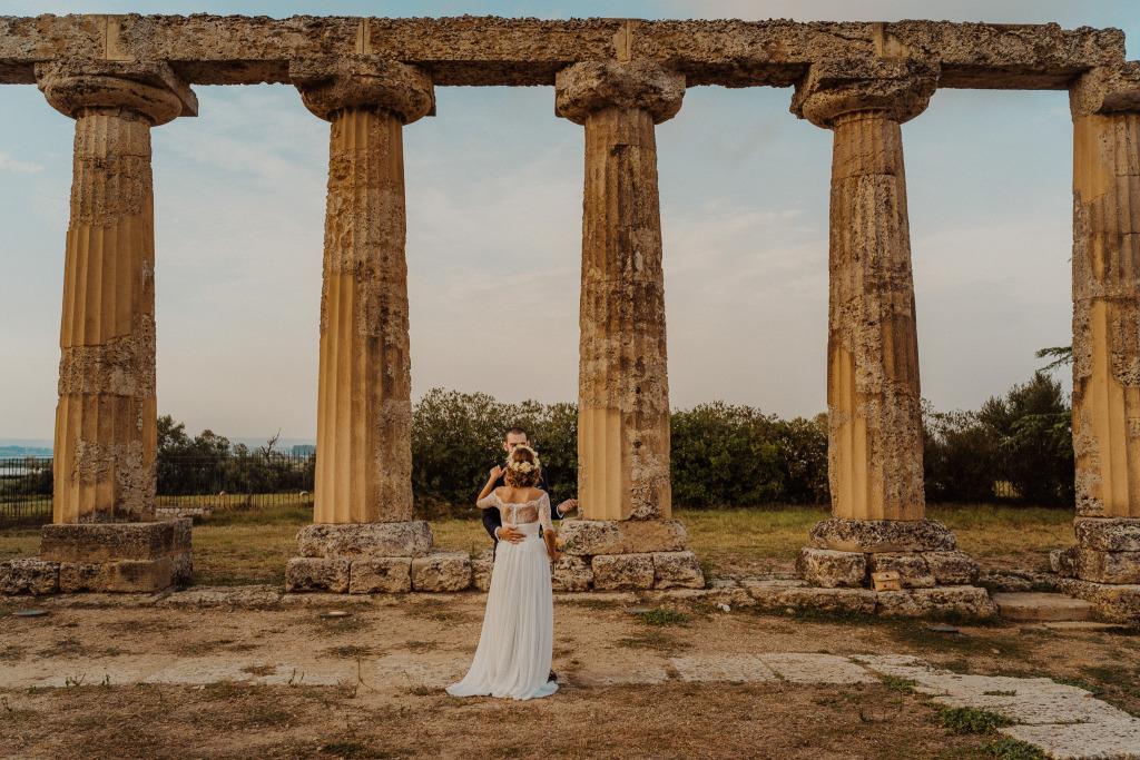 le tavole palatine di metaponto che fanno da cornice all'abbraccio di una nuova coppia di sposi