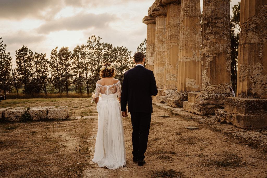 gli sposi lasciano gli invitati per una passeggiata