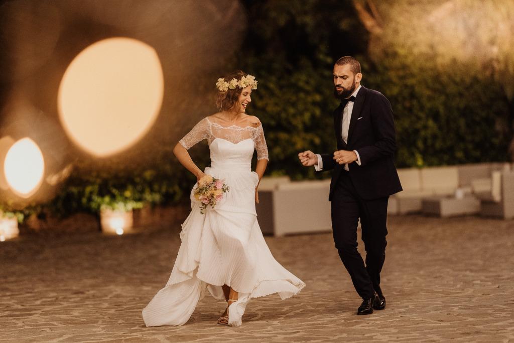 l'entrata danzante degli sposi al castello di san basilio