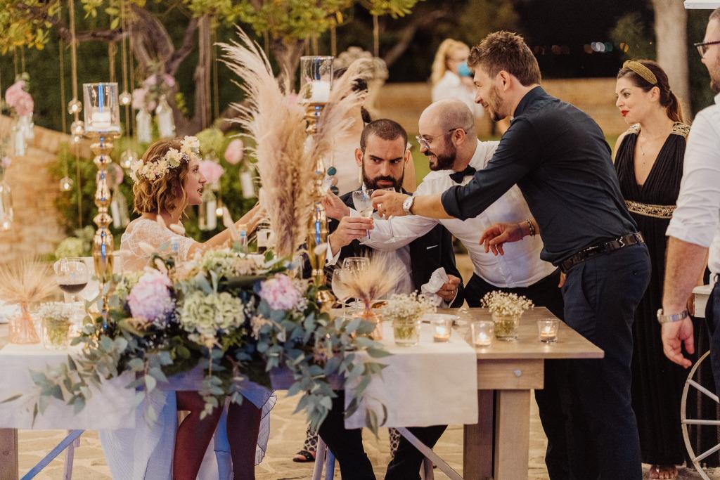 primo brindisi degli sposi con gli invitati