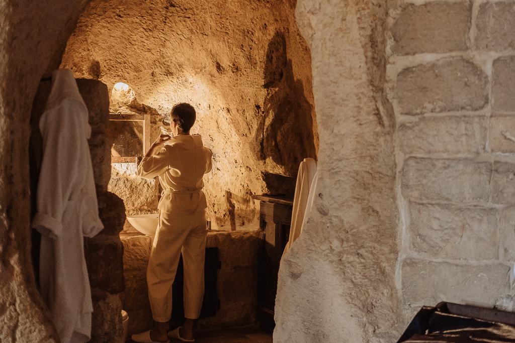 preparazione sposa all'interno di una tipica sistemazione nei sassi di matera