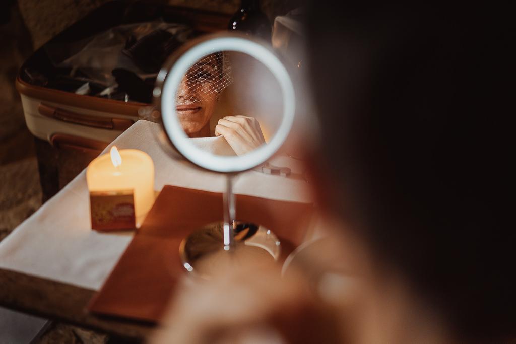 sposa si guarda allo specchio