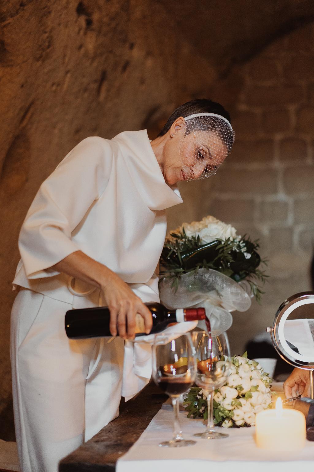 la sposa prepara un calice di vino