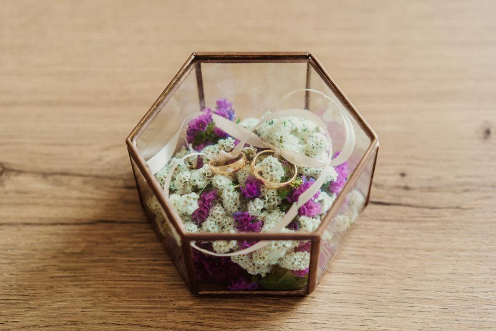 dettaglio contenitore anelli matrimonio adagiati su fiori