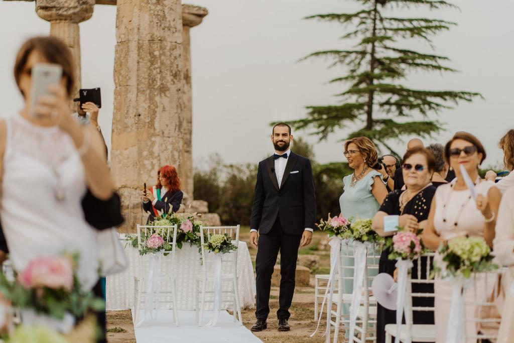 sposo che aspetta l'arrivo della sposa