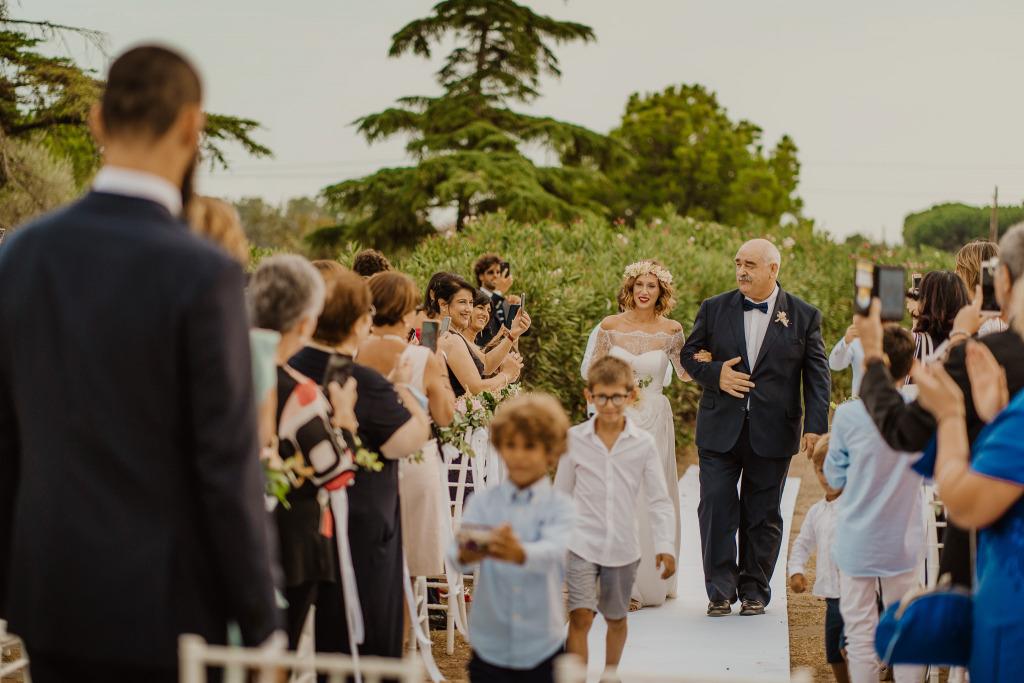 arrivo della sposa emozionata con il papà