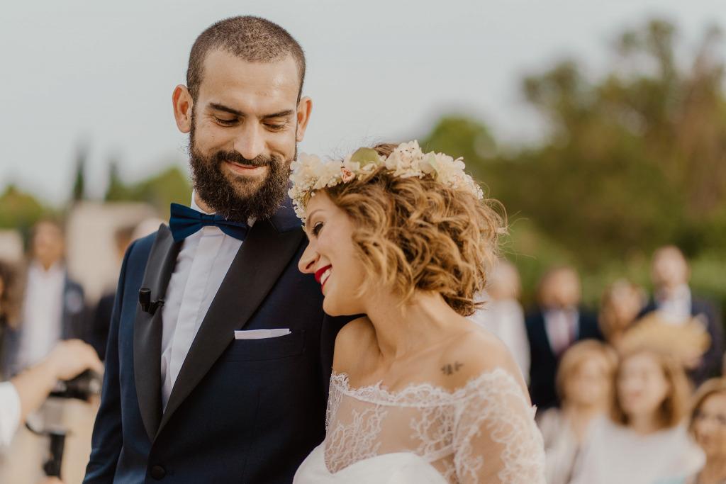 la sposa si appoggia alla spalla dello sposo